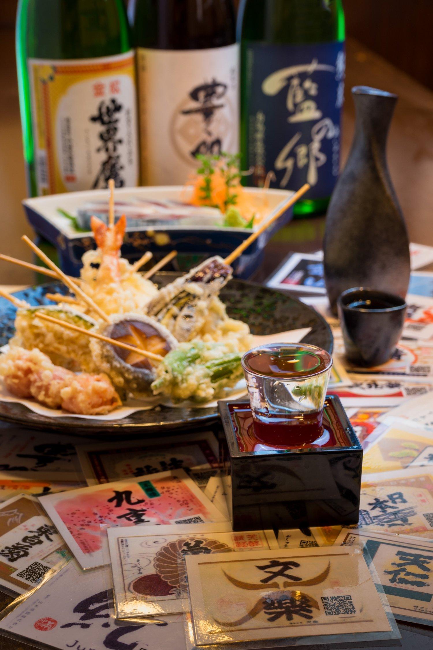 「世界鷹」、「豊明」、「藍の郷」各1合750円。魚介や野菜で25種ある串天ぷら1本150円。