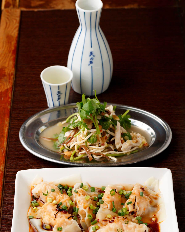 手前から干し貝柱と海老の茹でワンタン、パクチーと蒸し鶏の干し豆腐サラダ(いずれも400円)。