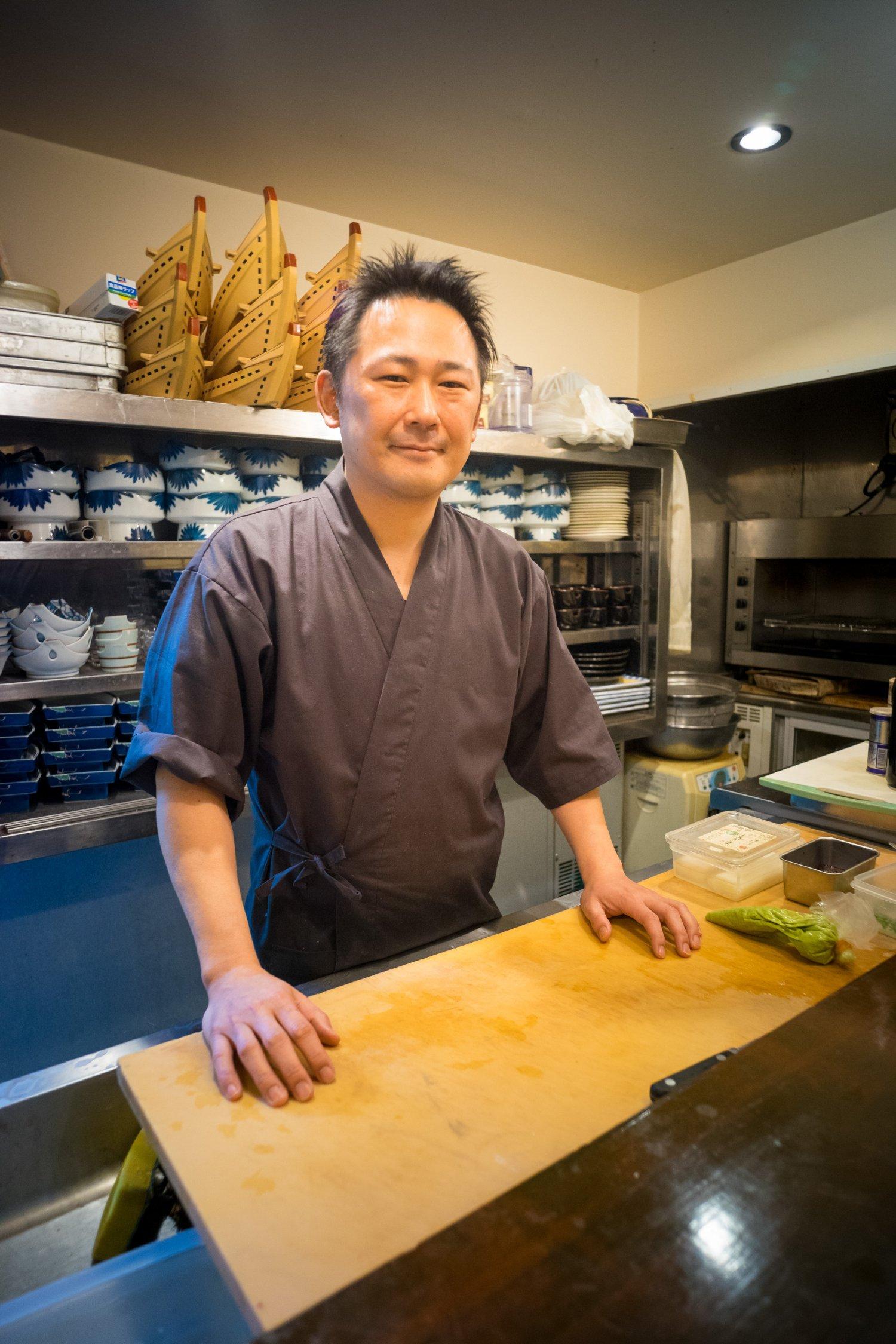 「三酒きき酒セットもおすすめです」板場で調理を担当する3代目の安田大輔さん。