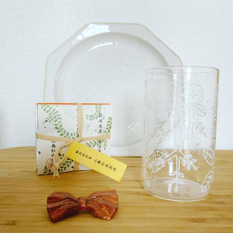 『Tipi Arbre』で購入したお皿とカップ、『tsugumi』で購入した木のブローチ、『あめつち』で購入したお茶。