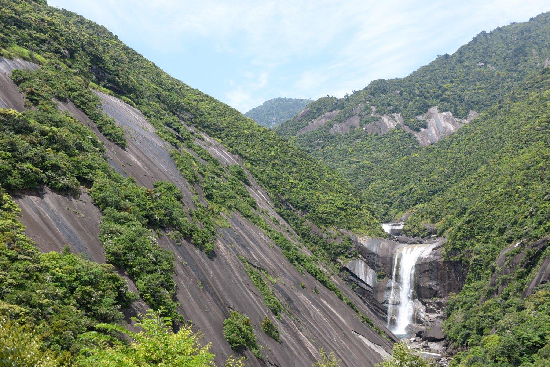 由来になった右岸に迫る圧巻の一枚岩は250 × 300 mの花崗岩。