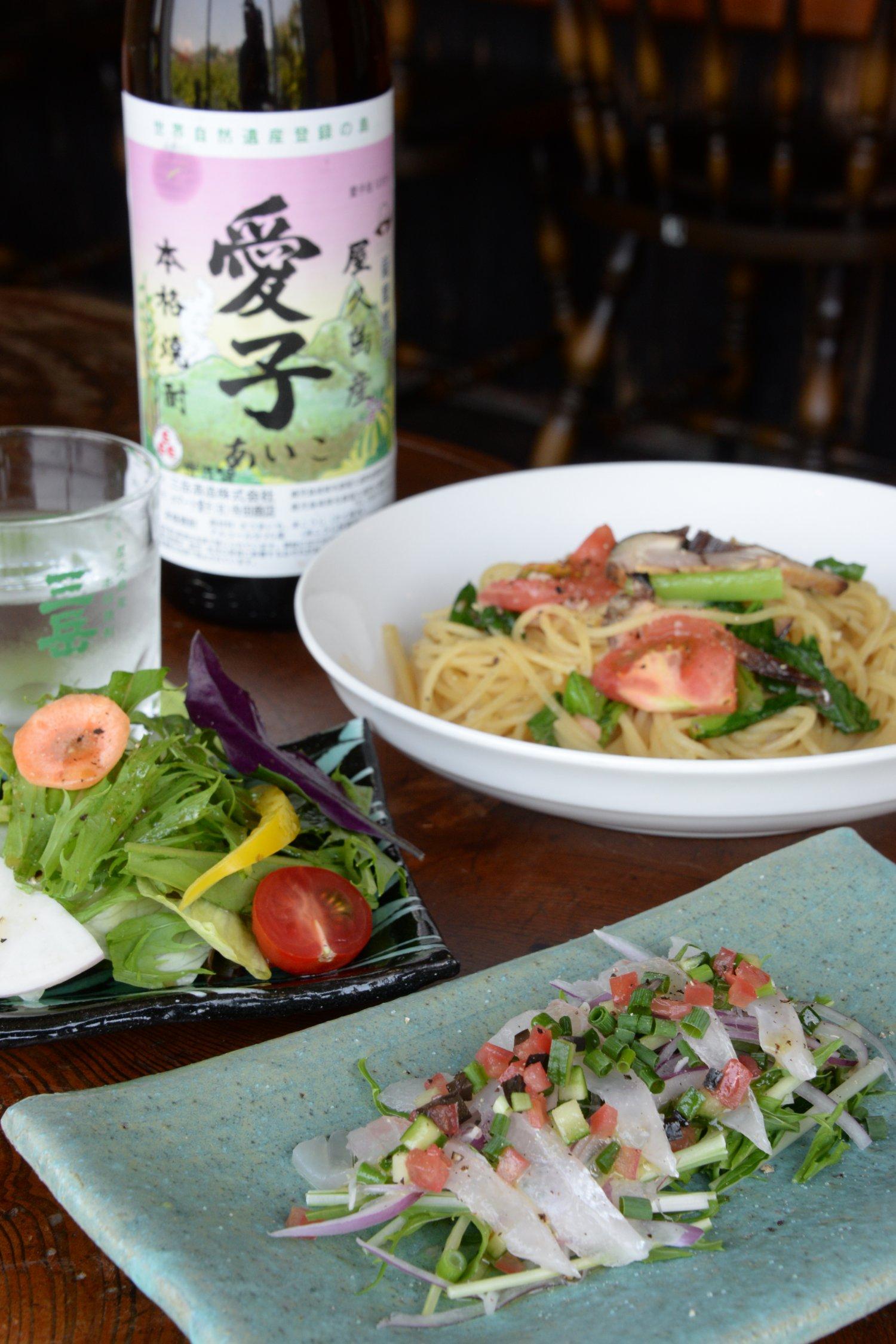 飛魚マリネと香味野菜のサラダ仕立て650円。季節のスパゲッティ850円〜。焼酎の種類も多い。