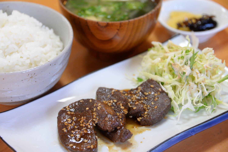 ヤクニク屋の鹿肉は島内の多くの飲食店で味わえる。