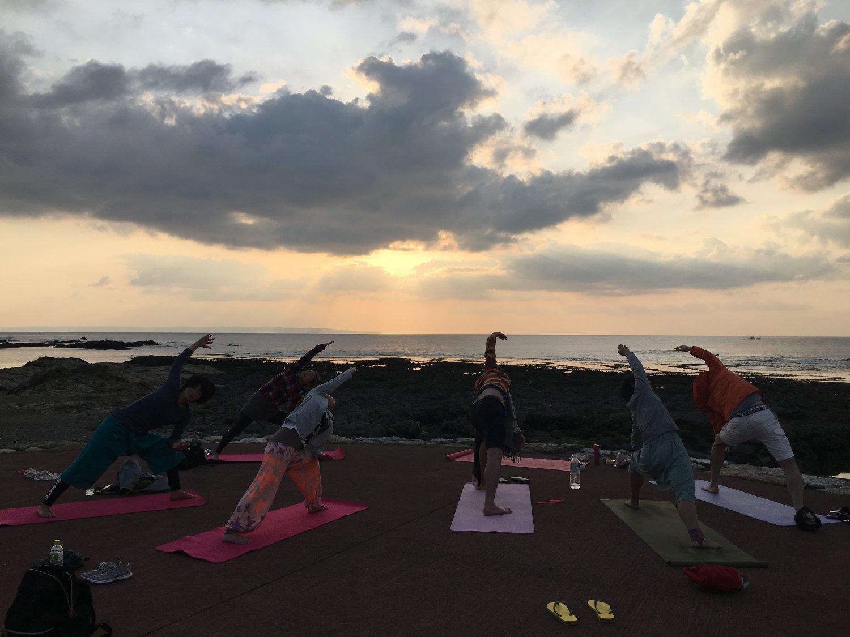 人気の日の出・サンセットYoga。日の出は春田浜で行い茶会も開く。