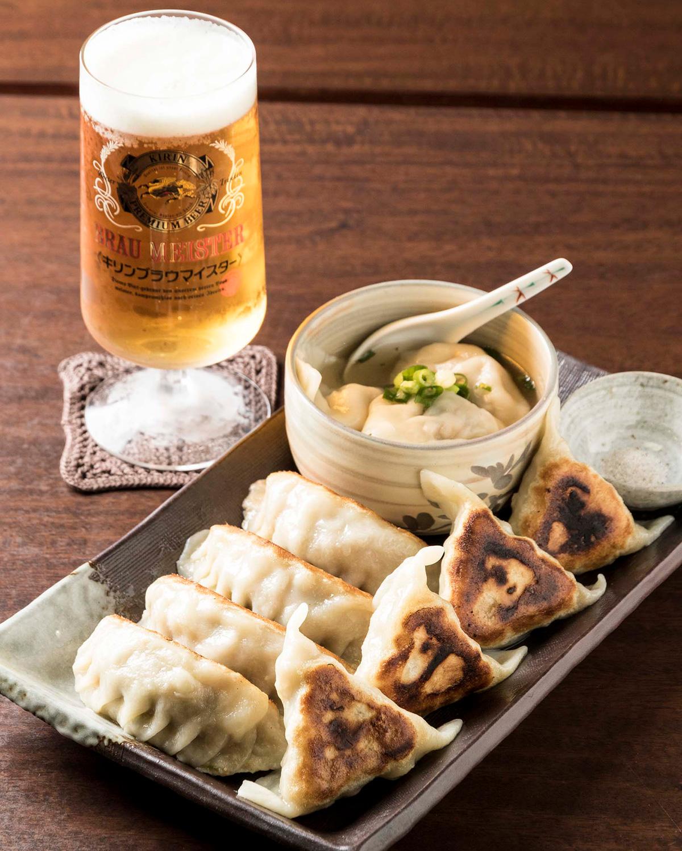 餃子が合計12個も味わえる餃子盛り合わせ1200円は、店主が愛してやまないキリンブラウマイスター520円と一緒に。
