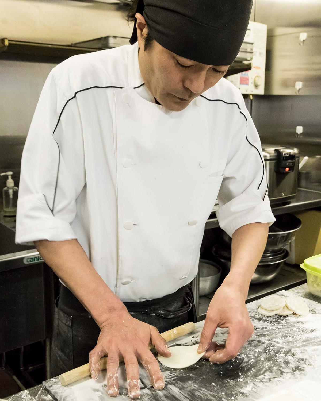 ギリシャで寿司を握るなど豊富な料理人経験を持つ店主。