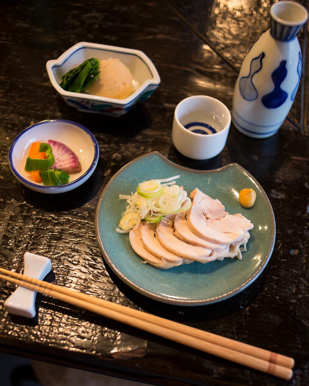 黒板書きから定食を決めたら、小鉢とつくば鶏の蒸し鶏470円をアテに、日本酒620円~の熱燗でゆるゆる、まったり。