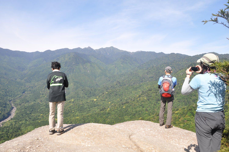 山々が一望できる太鼓岩。白谷雲水峡の辻峠そばにある。