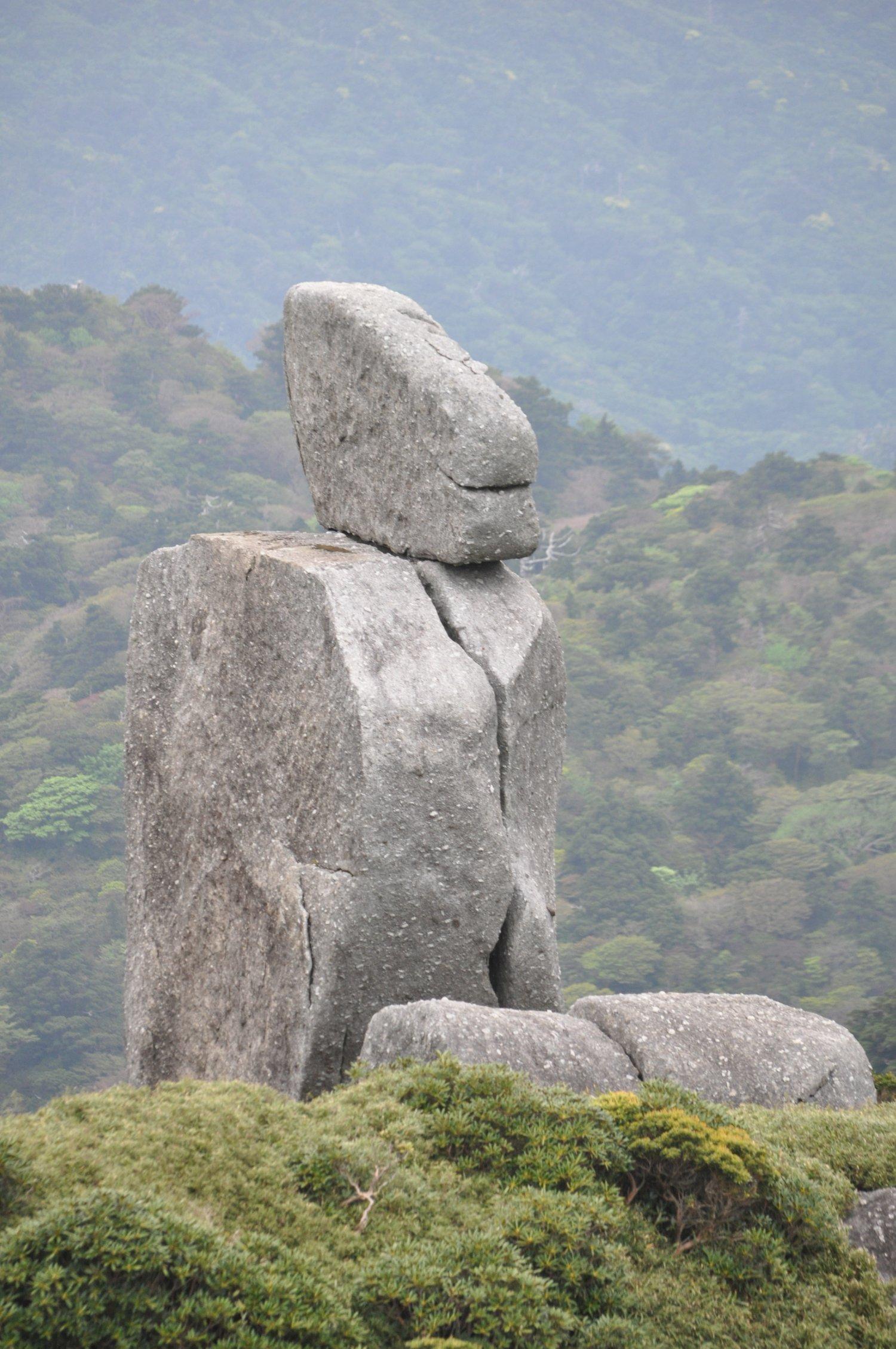 花崗岩の山地は奇岩怪石の宝庫。途中日本最南端の泥炭湿原もある。