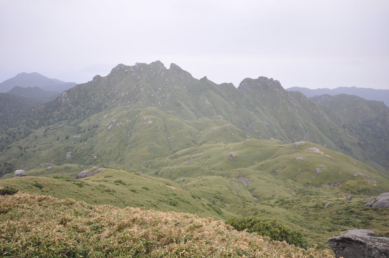縦走路から往復90分の永田岳。右に3時間強下れば縄文杉に会える。