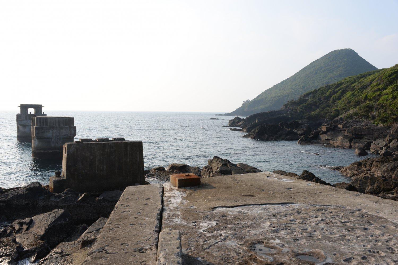 宮之浦に移る前一湊にあった屋久島電工の桟橋の跡。奥は矢筈岳。