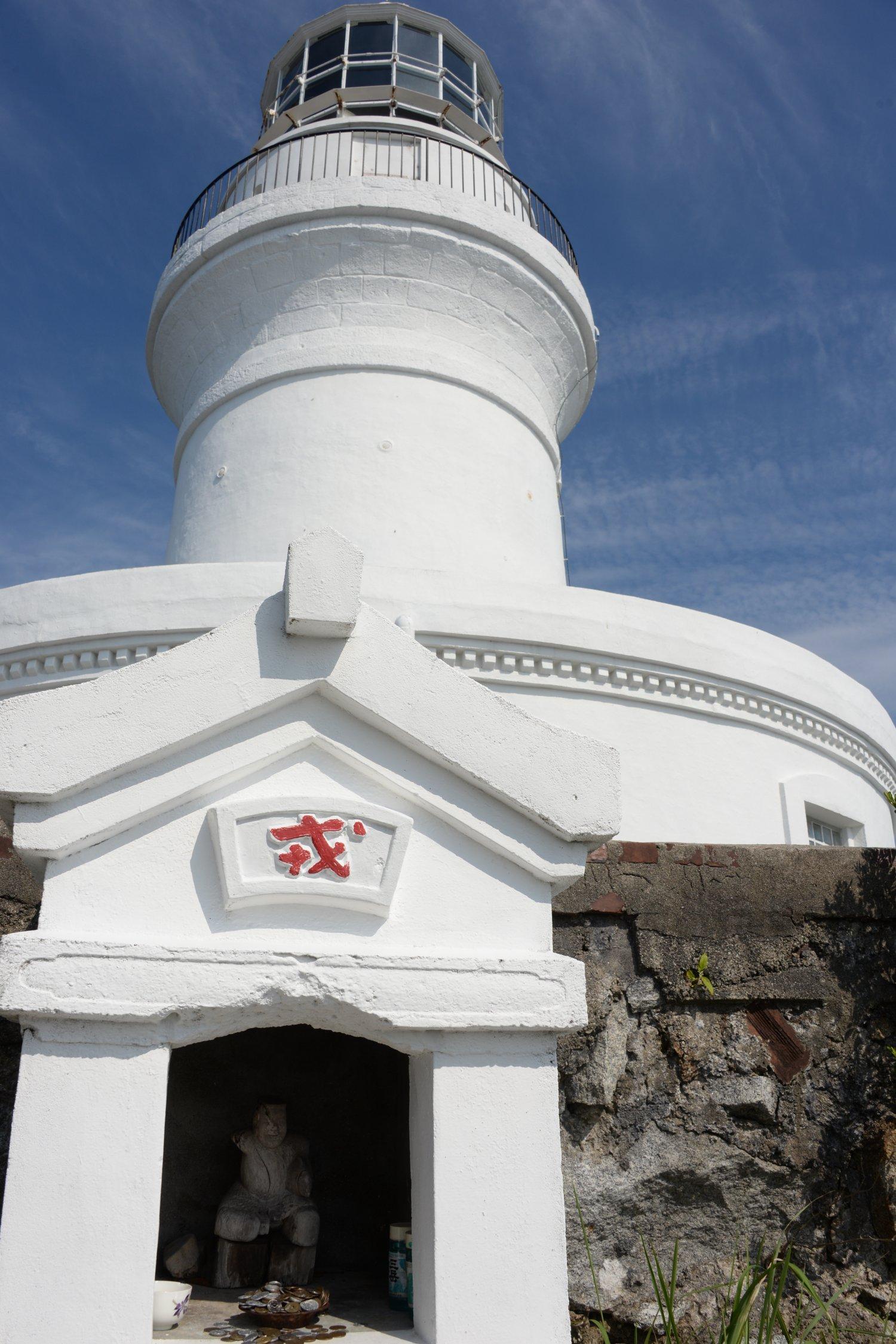 口永良部島を望む屋久島灯台の突端に鎮座する。ハシゴで塀を越えて参る、意外な立地に驚く。