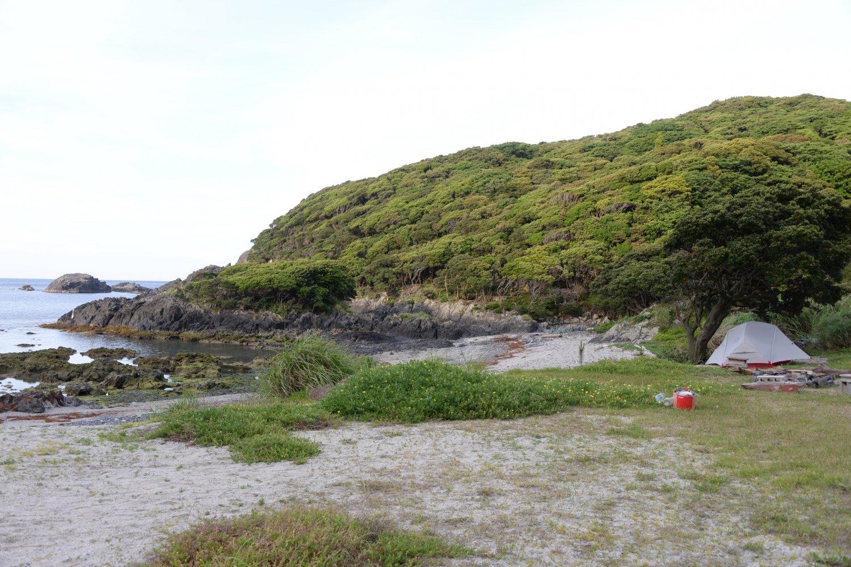 人里離れた静かな一湊大浦キャンプ場。横に大浦の湯もあり便利。