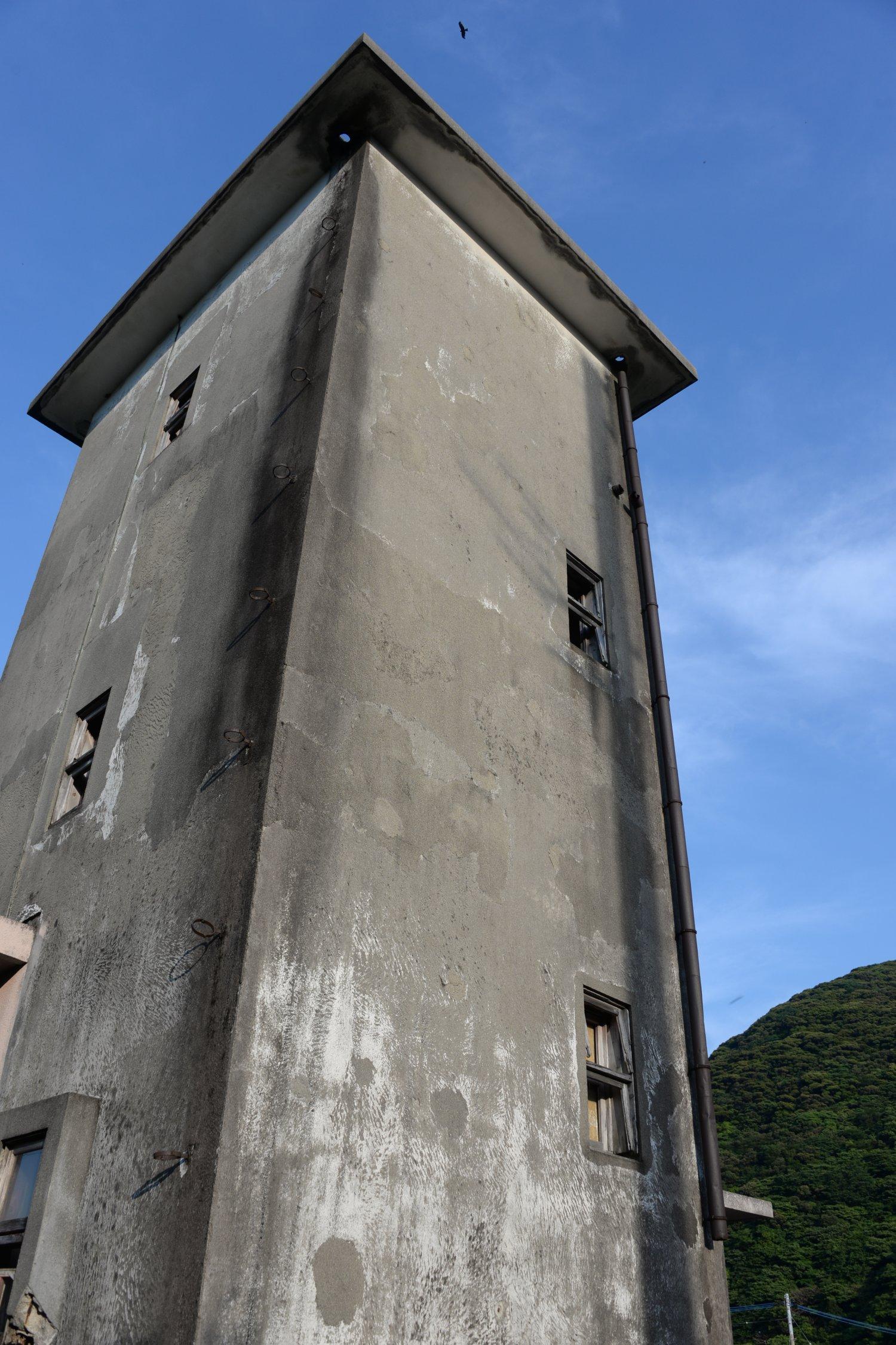 旧測候所の機銃痕。島は近代まで戦乱がほとんどなかったが、空襲で各集落は大きな被害を受けた。