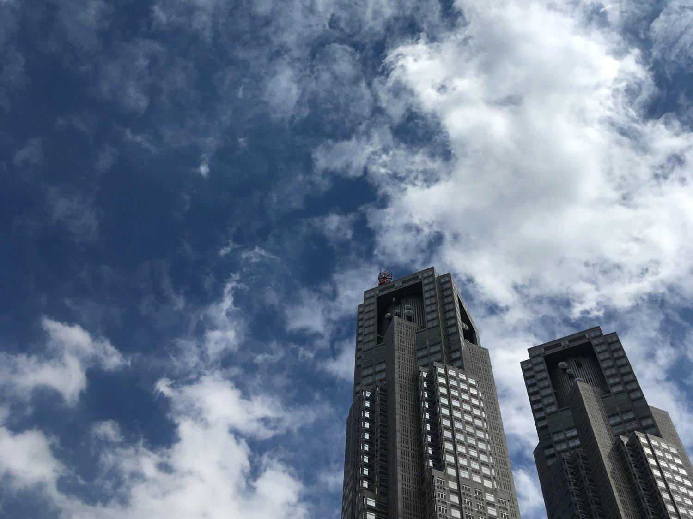 新宿は東京都庁の展望室も0円スポット。誌面ではこの景色を見上げた新宿中央公園を紹介した。