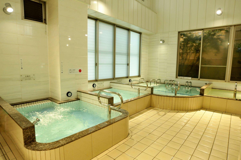 さまざまな機能浴ができる内湯。ビル内にあるが天井が高いのでゆったりできる。