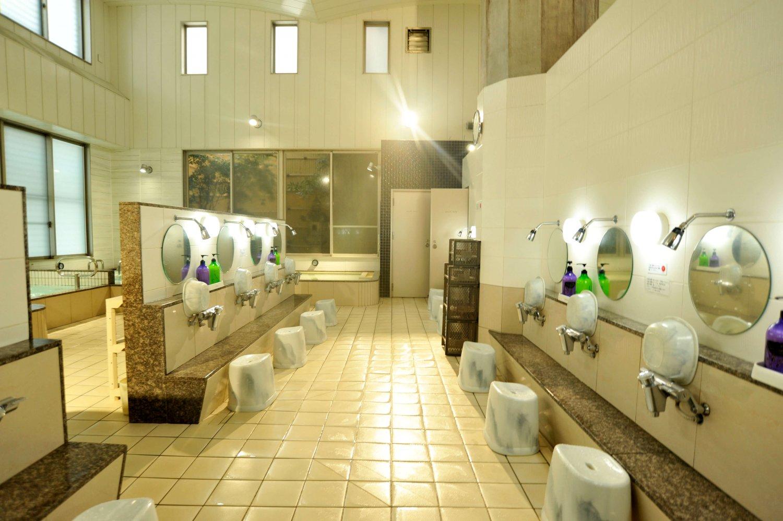 浴槽と洗い場は仕切られているので使い勝手がよい。