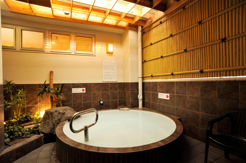 和の趣を感じる露天風呂。天井部や竹垣の間から入る風が心地よい。