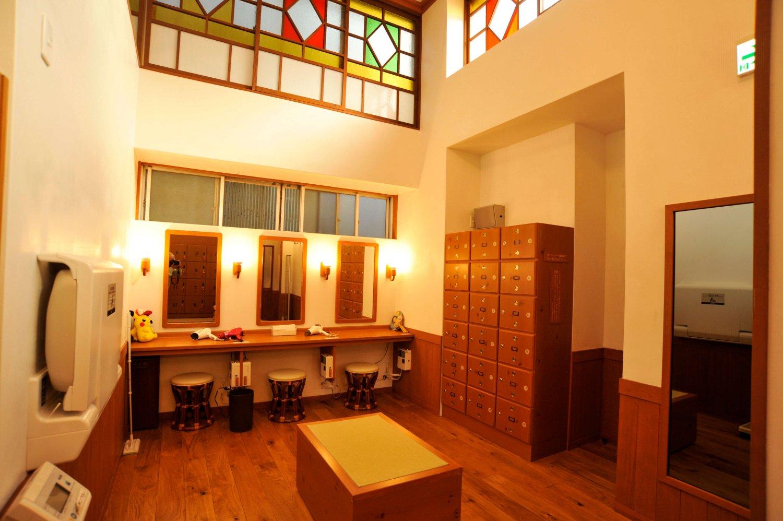 西蒲田の『はすぬま温泉』。漆喰や木など、天然素材を使用した脱衣室。女性脱衣室にはメイク落としも用意されている。