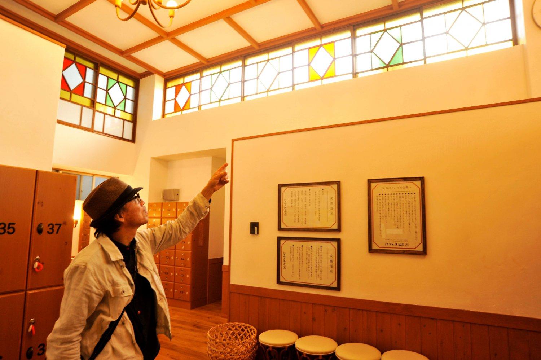 漆喰壁やステンドグラスなどを説明する町田氏