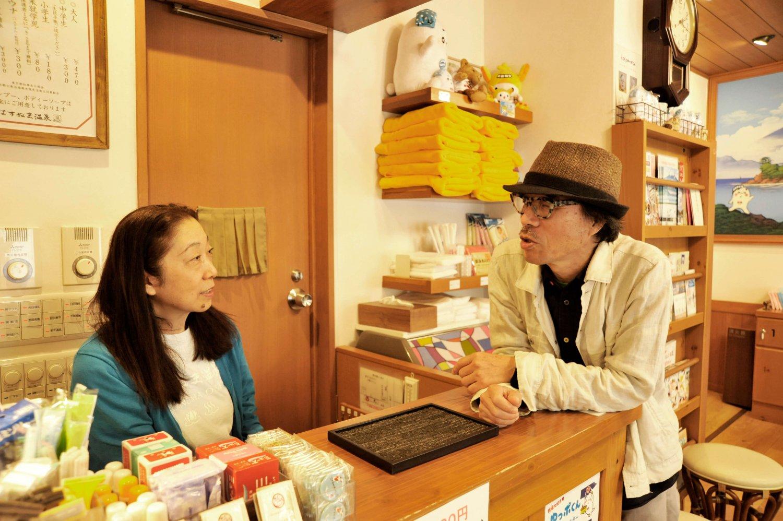 女将の近藤美枝さんと談笑する町田氏