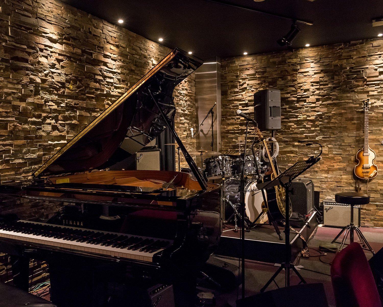 お店の売りのひとつがヤマハのグランドピアノ。「伊豆田洋之、ポール・マッカートニーを歌う」のライブでおなじみの伊豆田洋之さんなど、ピアノ弾き語りのライブで活躍する。