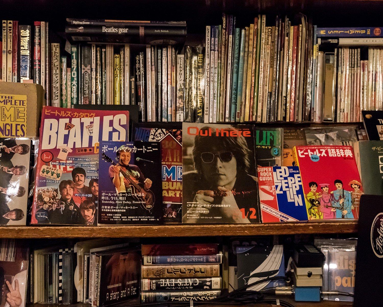 ビートルズ・グッズやレコードの販売ショップだった時期もあり、店内には貴重な代物が並ぶ。