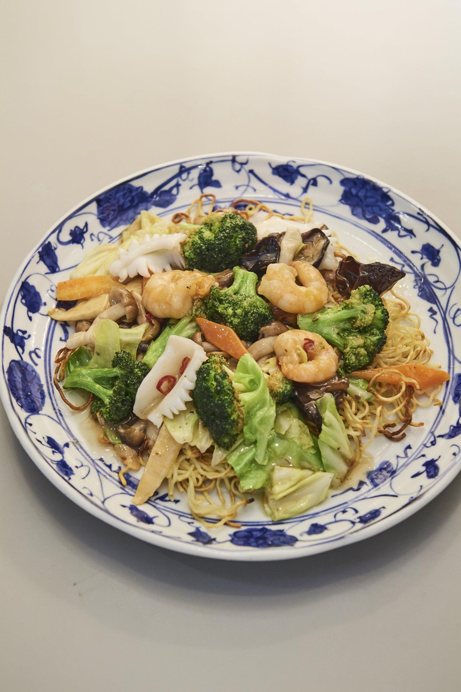 しめじとブロッコリーの海鮮ペペロンチーノ風焼きそば1512円。ナバナなど、野菜は時季で変わる。