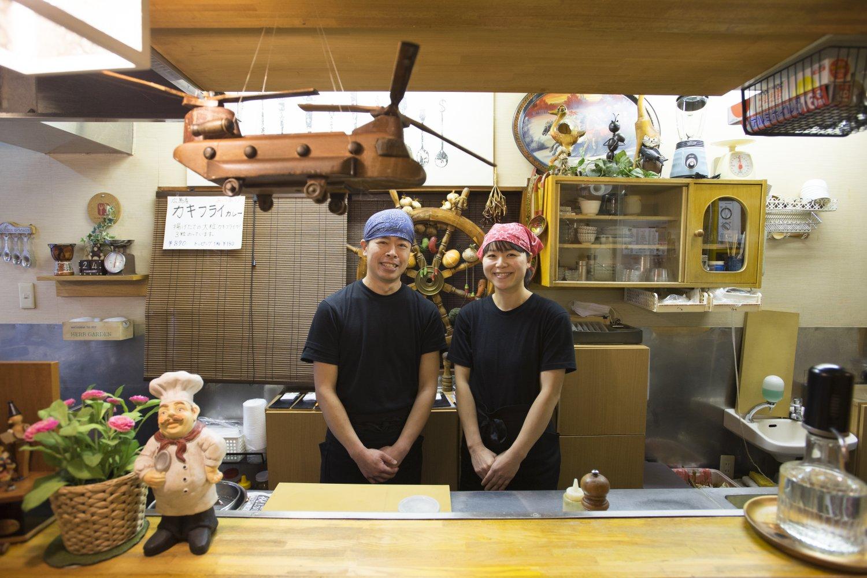 駅のジューススタンドで働いていた奥様が、この店にカレーを食べに来たことがきっかけで結婚したという仲良し夫婦。
