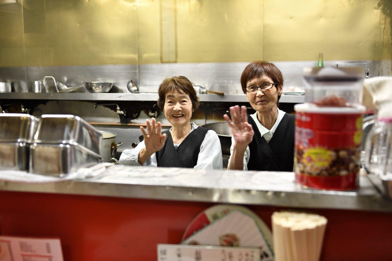 元気にこの繁盛店を切り盛りするのは栗原さだ子さん(左)と、久保園和子さん。