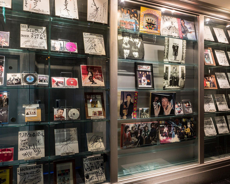 入り口付近の展示コーナーには、ポールが1990年に来日した際のサインなどここでしか見ることのできない貴重なメモラビリアが飾られている。
