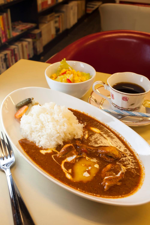 キリッとした爽やかな辛味とバターの甘みがバランスよく合わさったカレー。サラダ付 付き650円。オリジナルブレンドコーヒー300円。