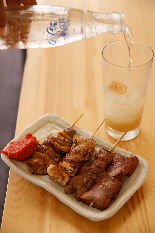 串焼き176円~は焼き上がるごとに供される。自家製のしょうがハイ480円。