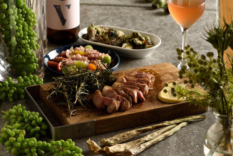 いばり仔豚の鉄板焼き1650円、カメノテ塩ゆで780円(奥)など。オレンジワインはパルティーダクレウスCV1188 円ほか常時20 ~ 30種。