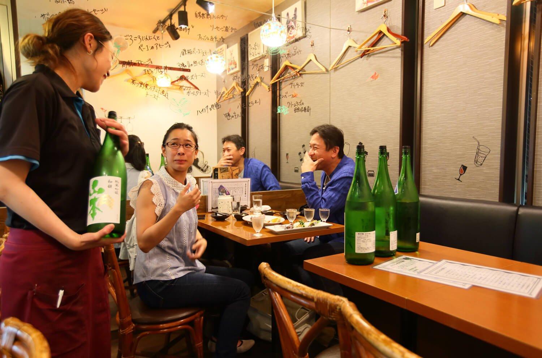 日本酒好きが集う。地酒は70㎖から注文可。