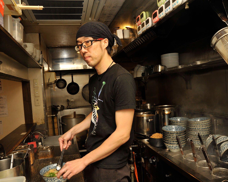「スープだけでなく、自家製の麺もおすすめです」と店長の栗田俊さん。