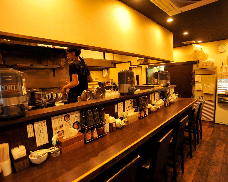 店内はカウンター席のほか、4人席テーブルが2つある。