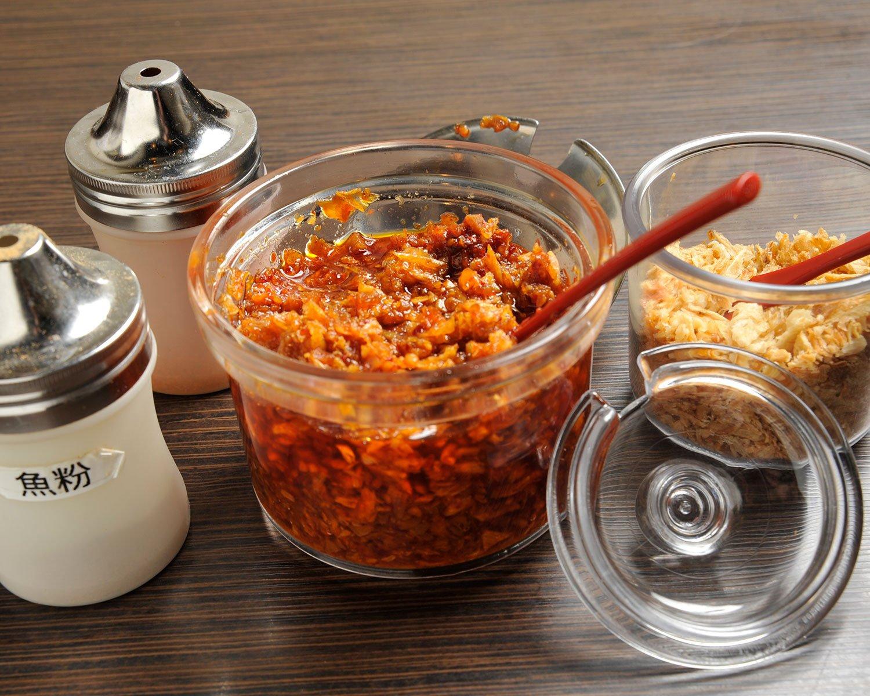 揚げエシャロットや自家製食べるラー油など、好みでラーメンを仕上げよう。