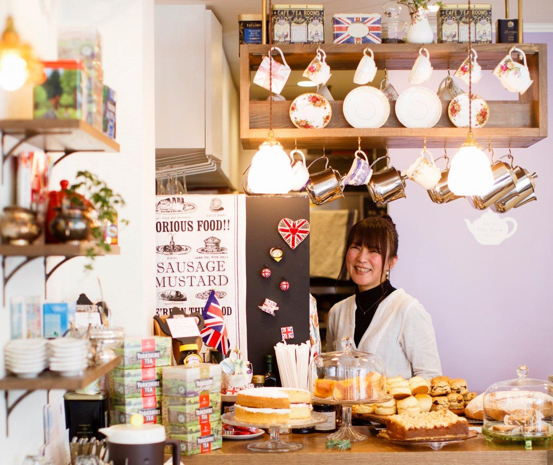 少し古い時代のイギリスの食器や雑貨に囲まれる。