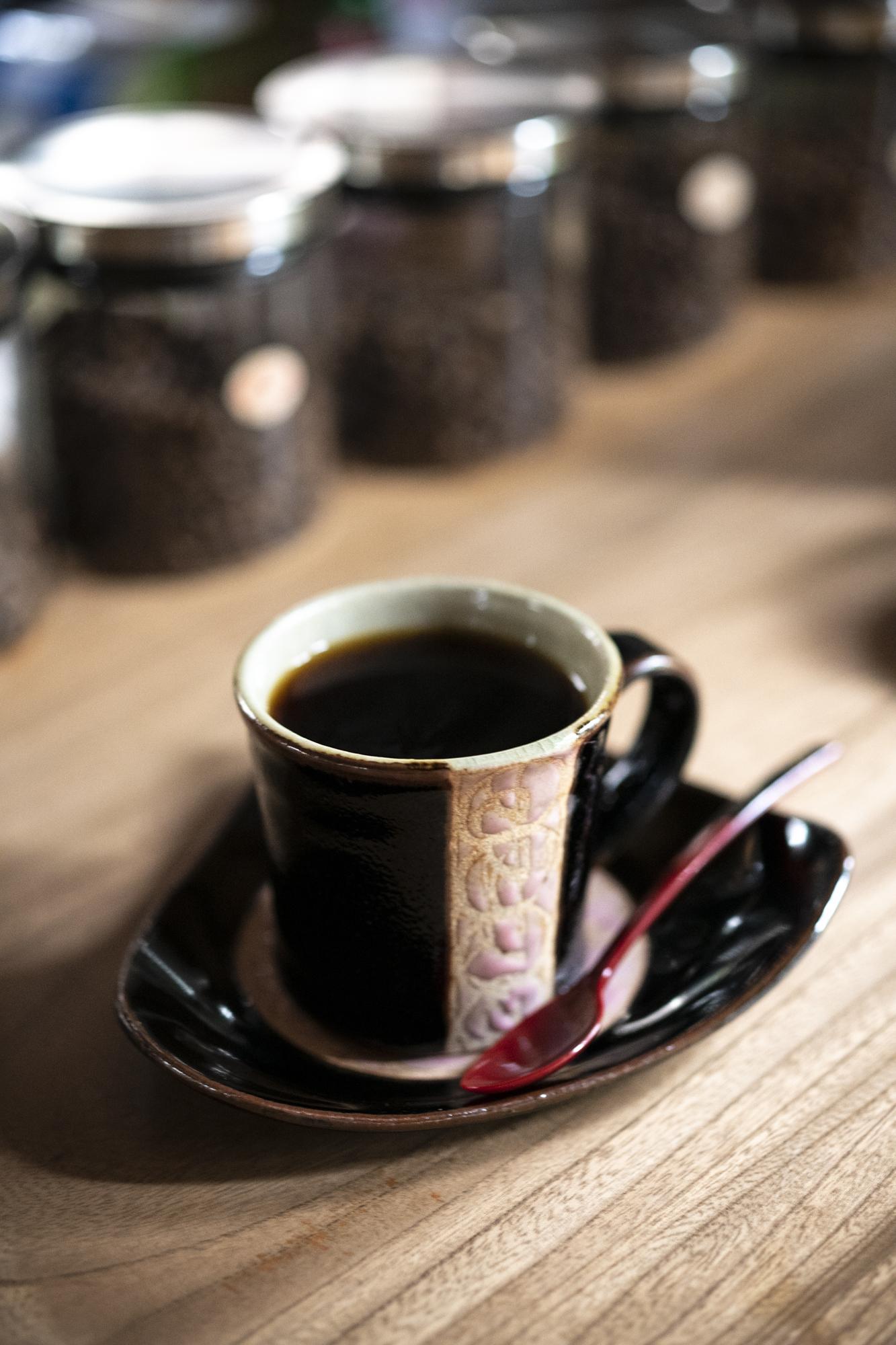 中の内オリジナルブレンド500円など、コーヒーは益子焼のカップで。
