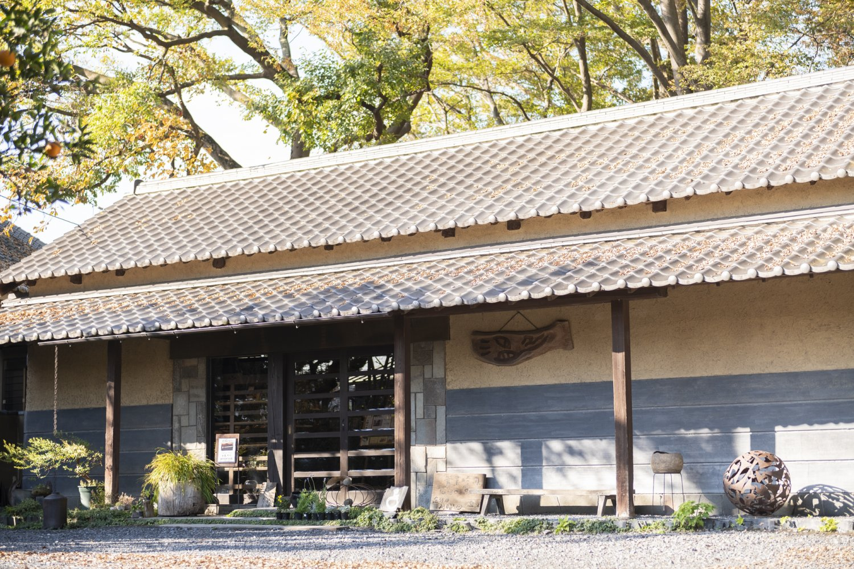築170年。敷地内に食品店『かぎろひ』、リラクゼーション『アマラ』も立つ。