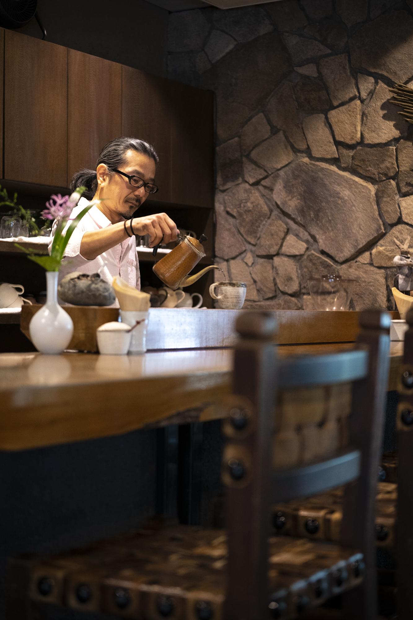 オーナーから店を託された萩原和人さんは満月の夜、パブを催す。