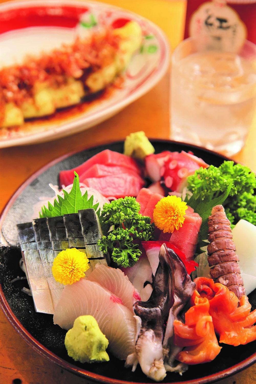 カンパチや赤貝などが彩るお刺身10点盛り4400円、熊本の赤ナス焼き880円。芋焼酎紅一刻ロック550円。