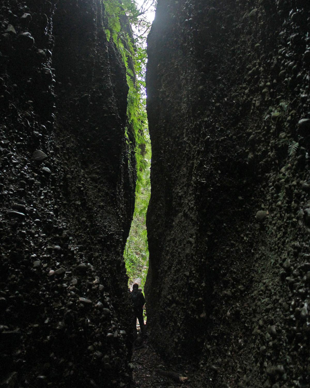 掛川の六枚屏風岩。酸の湖へ行けそうな隙間。