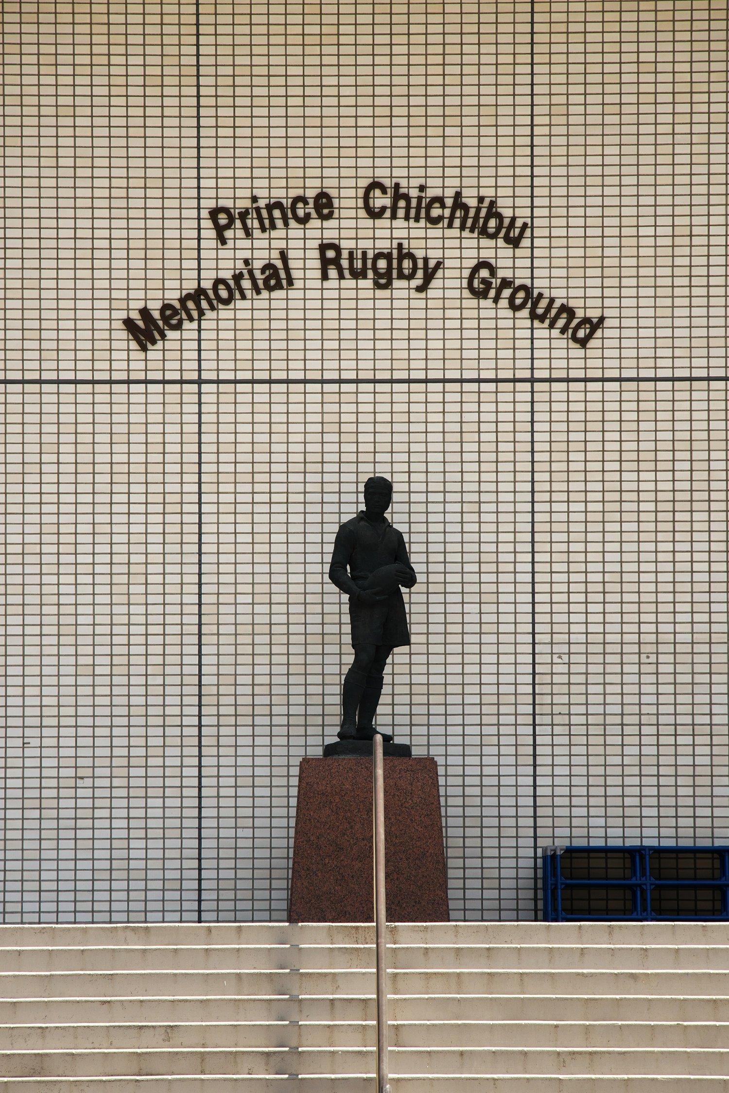 正面観客席入り口の主将像。竣工時国立競技場に寄贈され、オリンピック後はここに設置。