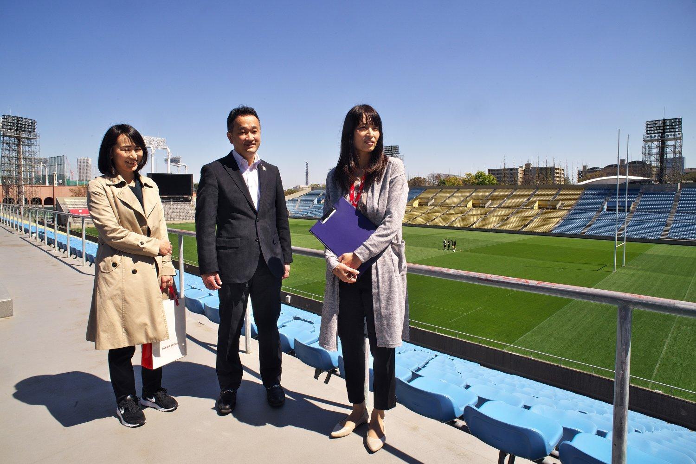 現在秩父宮ラグビー場を管理する日本スポーツ振興センターの皆さん。「芝生の管理が大変です」。