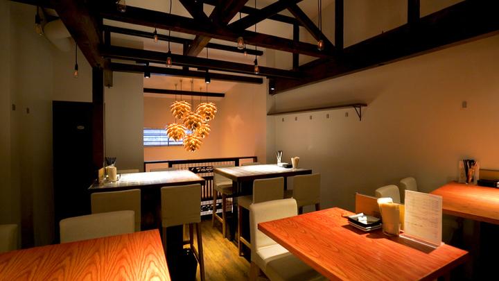 2階はムーディーな照明の下にテーブル席が並ぶ。