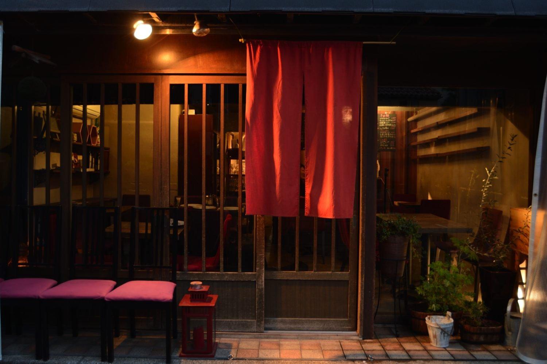 日本酒の間口を広げることが馬宮さんの第一義。ご実家の『三芳菊酒造』に限らず、全国各地の個性豊かな品々を揃える。野菜は農家から直送されたものを使い、ていねいに手作り。