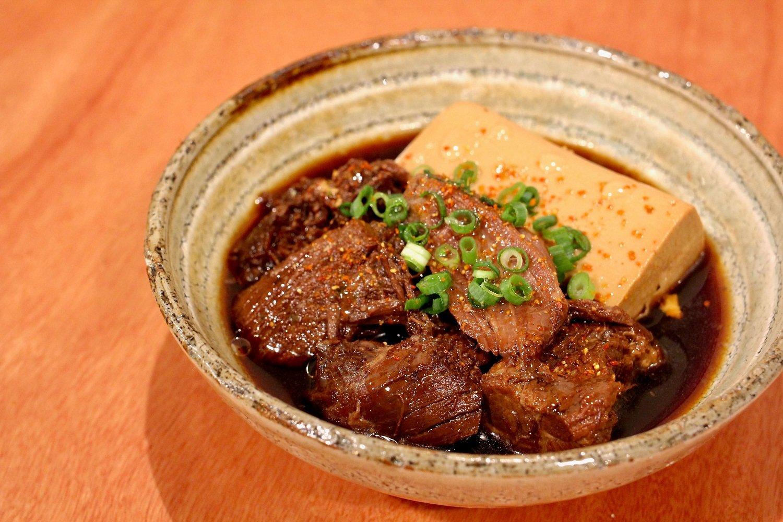 酒場シナトラ看板メニューである肉豆腐は、秋田牛のスネ肉をじっくり煮込みほろほろとした仕上がりに。