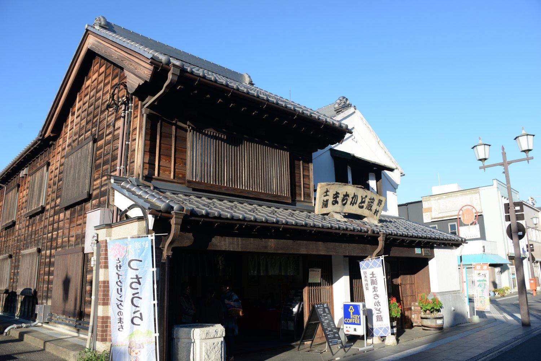 喫茶や飛行船の資料展示などに使われる3つの蔵が並ぶ「野村」。